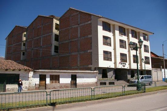 Samay Hotel: L'hôtel et l'avenue bruyante