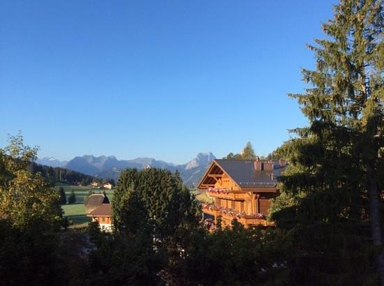 Golfhotel les Hauts de Gstaad: Vue vers Gstaad depuis la suite #24