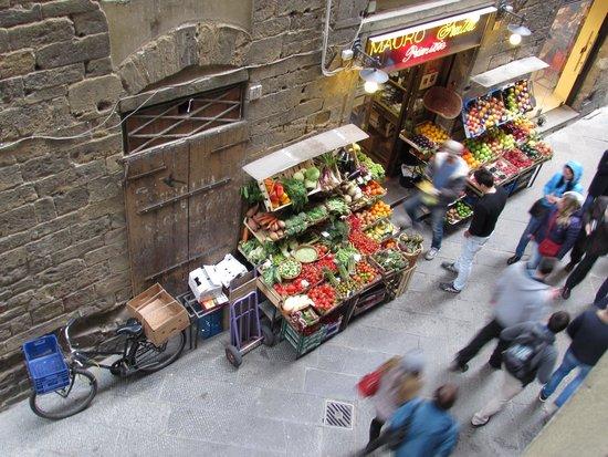 Family Apartments: petit marchand fruits et légumes au pied de l'appartement