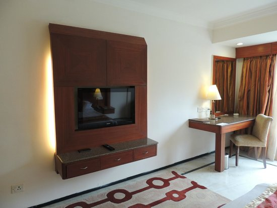 Accord Highland Hotel Ooty: Room - TV & Work table