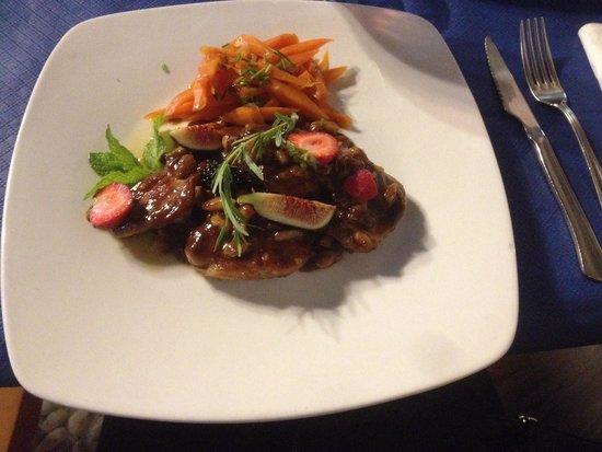Los Geraneos: Fläskfilémedaljonger med mandel och russin- malagavinsås. Stor favorit!