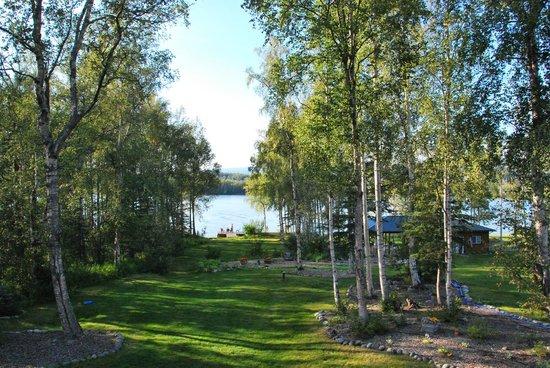 Alaska's Lake Lucille Bed & Breakfast: Garten und See
