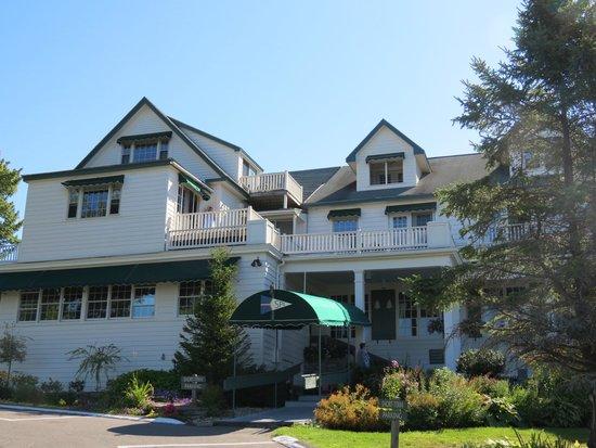 Spruce Point Inn Resort and Spa : Outside front of Inn