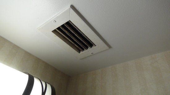 Comfort Inn-Pocono Mountain: Bathroom exhaust blocked with lint.