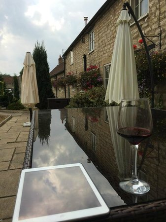 Eastgate Cottages: relax in the courtyard