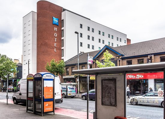 Hotel Etap Belfast: VIEW FROM MAIN STREET