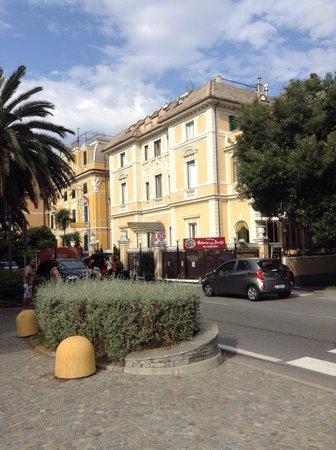 Ena Arenzano Hotel: L'hotel visto dal lungo mare