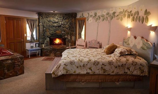 Yosemite Peregrine Lodging: Our largest bedroom. The dogwood room includes a spa tub and extra trundle bed.