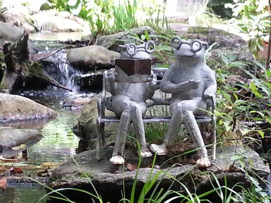 Laurelwood Inn: Frog couple