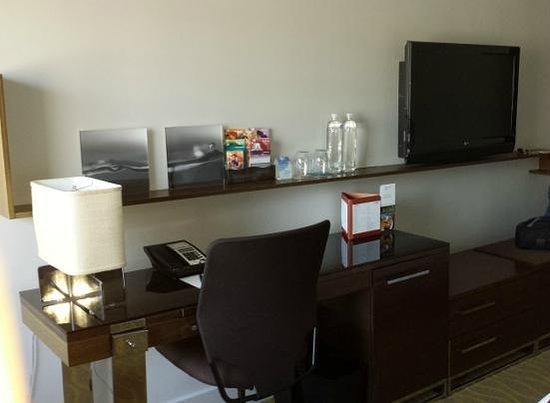 Kimpton Ink48 Hotel: Desk/dresser Combo