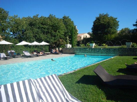 La piscine picture of le mas des carassins hotel saint for Camping saint remy de provence avec piscine