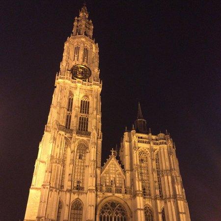 Liebfrauenkathedrale (Onze-Lieve-Vrouwekathedraal): Catedral de noche.