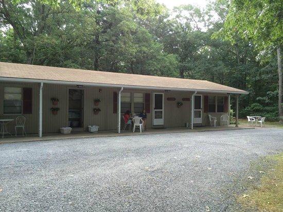ميدواي موتل آند كوتيدجيز: Motel outside