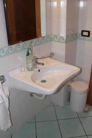Mediterranea Hotel: Chambre 215 - Lavabo handi