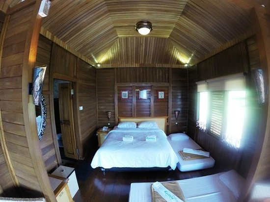 Kastuba Resort: Our room with two extra beds