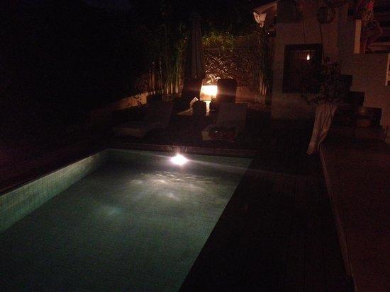 Villa E Seminyak: Pool at night