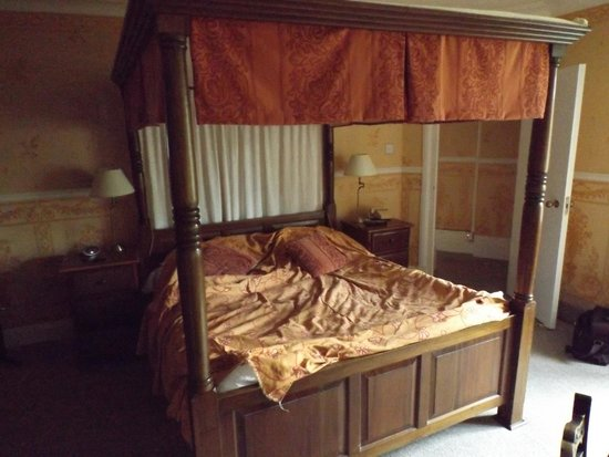 Maenan Abbey Hotel : The Four Poster Jacuzzi Room - Dolwyddelan