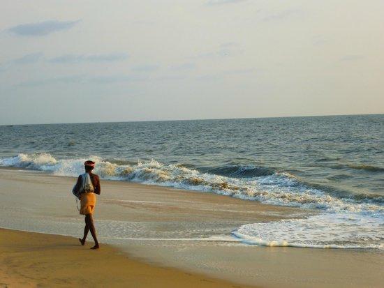 Marari Fishermen Village Beach Resort: Plage sympa, presque déserte mais éviter de vous baigner