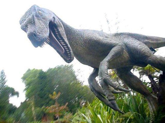 Rainbow Springs Nature Park: ウォータースライダーの途中で出現する恐竜。
