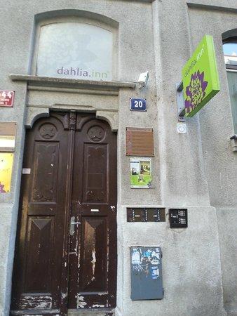 Dahlia Inn: Hotel entrance