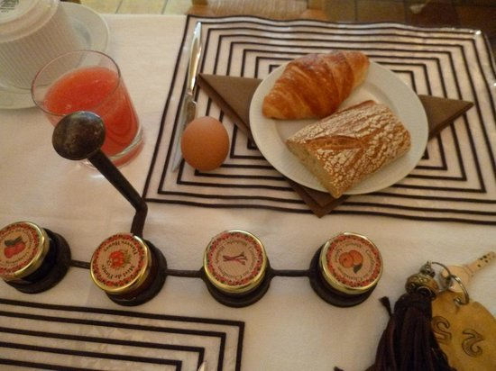 Hotel Le Clos Medicis: 朝食のパンと卵