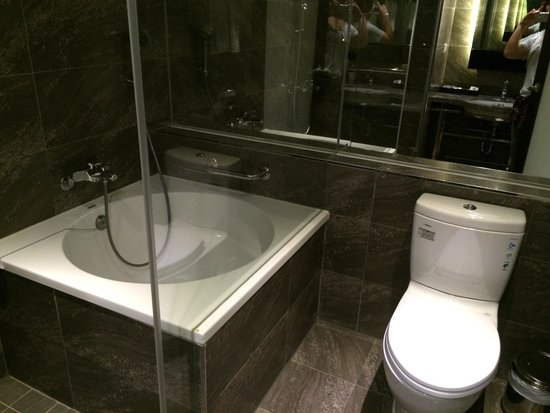 Friends Yu-Yu Hotel: バスタブは肩まで浸かるのが少し大変ですが、ないよりはいいです。入浴後もトイレや洗面スペースは全く濡れていませんでした。