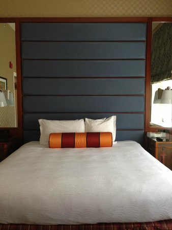 Kimpton Hotel Monaco Baltimore Inner Harbor : Large bed with small pillows