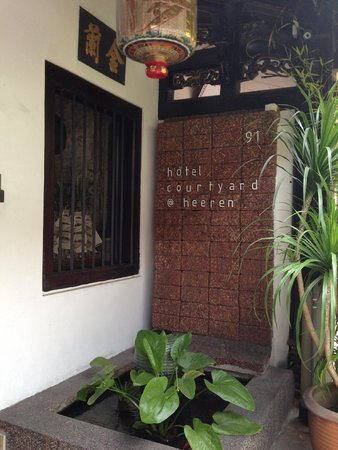 Courtyard @ Heeren Boutique Hotel: At the entrance