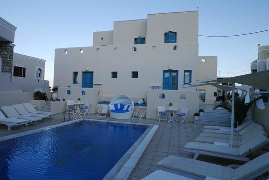 Evgenia Villas & Suites: Pool area