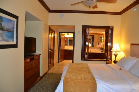 Marriott Ko Olina Beach Club: Main room with bath shutters open