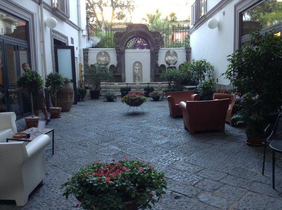 Hotel Piazza Bellini: Courtyard
