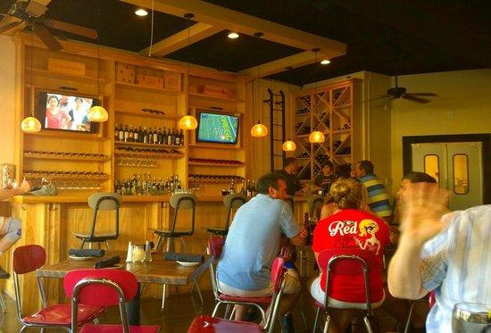 Lola Kitchen and Bar: Bar inside