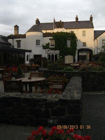 The Bushmills Inn Restaurant: Walkway approaching the restaurant entrance (tower)
