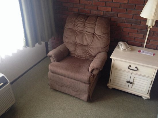 Ramada Lewiston Hotel & Conference Center: 1980's recliner and curtains