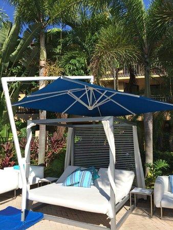 The Spa At PGA National Resort: Cabanas/poolside Beds