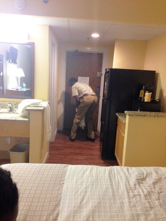 DoubleTree Resort by Hilton Myrtle Beach Oceanfront: Maintenance man spraying to get rid of the bugs!!!