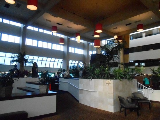 Embassy Suites by Hilton West Palm Beach Central: Lobby/bar area