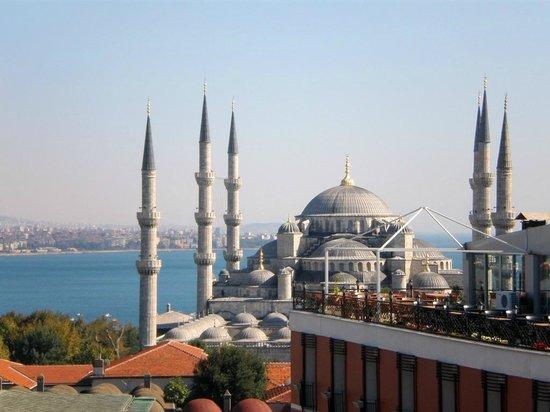 Hali Hotel: Вид с террасы отеля на Голубую мечеть
