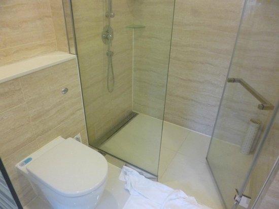 iclub Wan Chai Hotel: ガラス張りのシャワールーム