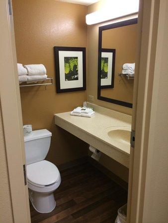 Extended Stay America - Philadelphia - Airport - Tinicum Blvd.: Bathroom