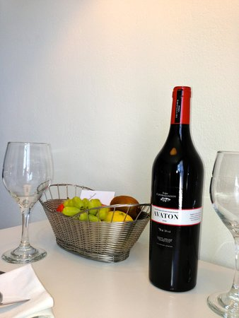 Avaton Resort: The complimentary bottle of wine and fruits