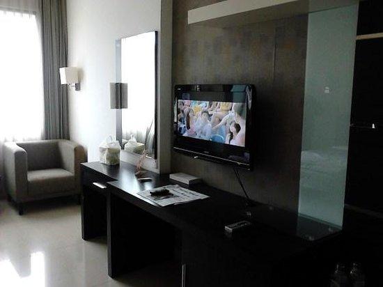 Tv dan meja panjang di dalam kamar picture of naval for Dekor kamar hotel di bandung