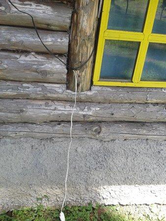 Cabanas Las Ardillas: conexiones eléctricas expuestas al agua