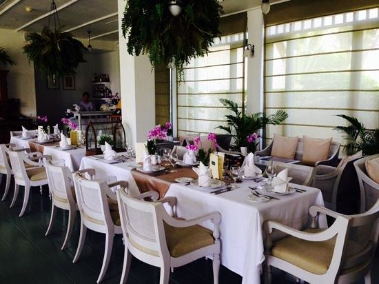 Devasom Hua Hin Resort: โต๊ะด้านในแอร์ โป๊ะกลมๆ เหนือโต๊ะนั่นคือของปลอม เหมือนไม๊?