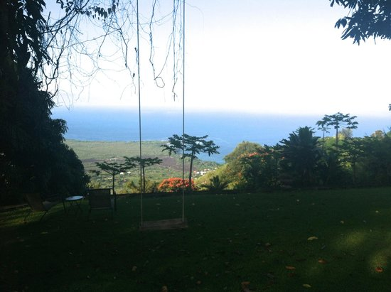 Ka'awa Loa Plantation: The view of the backyard, and the ocean, from the porch.