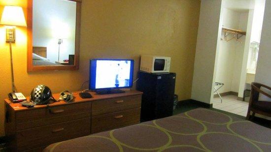 Super 8 Visalia: room view