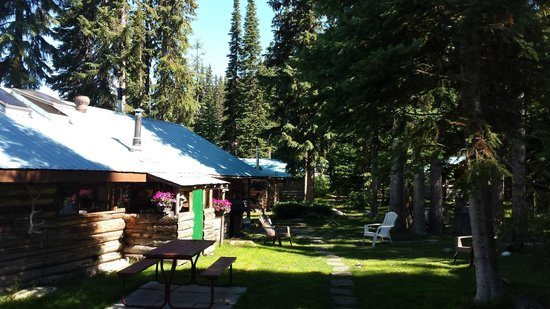 Caverhill Fly Fishing Lodge: Lodge grounds