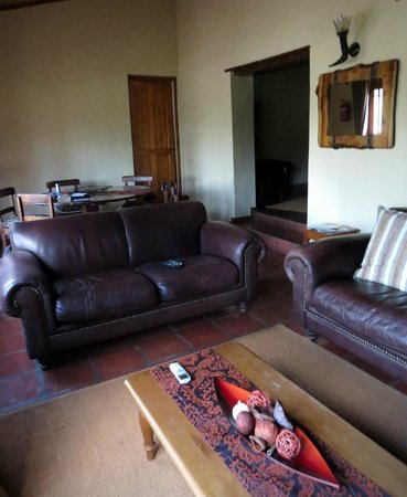 Karukareb Wilderness Reservaat Lodge: Part of the lodge lounge