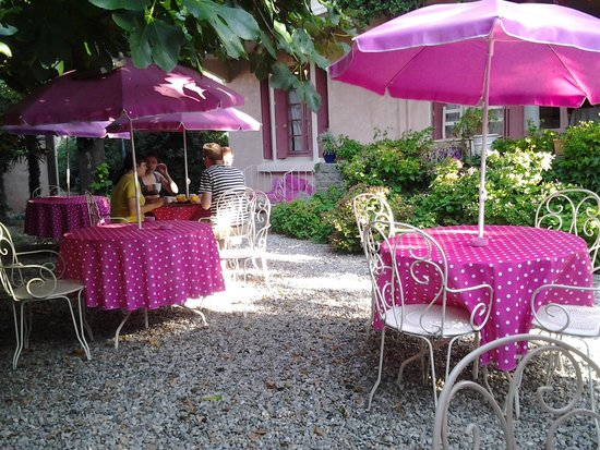 La Villa : Breakfast in the garden