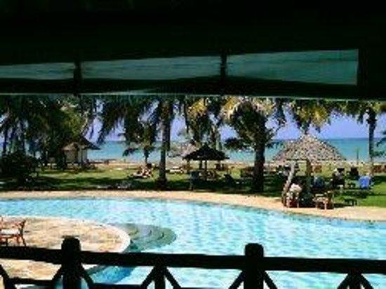Neptune Palm Beach Boutique Resort & Spa : Vue du bar sur pilotis avec la piscine en dessous